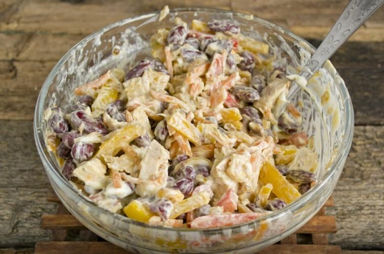 готовый салат с фасолью консервированной и грибами