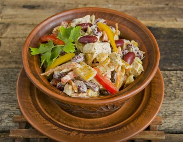 салат с фасолью консервированной и грибами