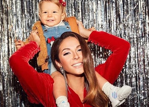 певица Нюша с ребенком