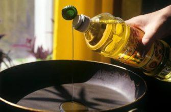 льем масло на сковороду