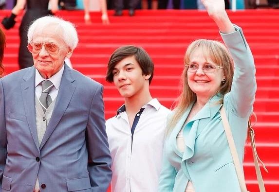 Наталья Белохвостикова с приемным сыном и мужем