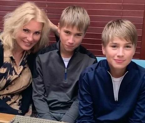 Мария Шукшина с детьми близнецами