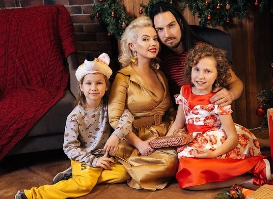 Ира и Саша Толстовы с семьей сейчас